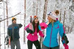 Glimlachende vrienden snowboarder of skiërs die door in de mist w gaan Royalty-vrije Stock Foto's