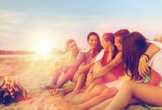 Glimlachende vrienden in zonnebril op de zomerstrand Royalty-vrije Stock Afbeeldingen