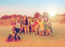 Glimlachende vrienden in zonnebril op de zomerstrand Stock Foto's