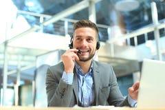Glimlachende vriendschappelijke knappe jonge mannelijke call centreexploitant royalty-vrije stock foto's