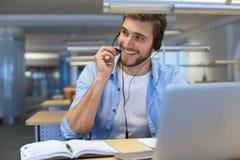 Glimlachende vriendschappelijke knappe jonge mannelijke call centreexploitant stock foto's