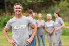 Glimlachende vrijwilliger die camera bekijken royalty-vrije stock foto