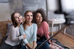Glimlachende vrolijke meisjes die selfie bij de huispartij nemen Royalty-vrije Stock Afbeeldingen