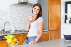 Glimlachende vrolijke vrouw met glas water Royalty-vrije Stock Foto