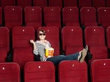 Glimlachende vrouw in 3D bioscoop Stock Foto