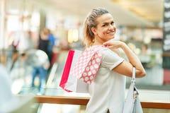 Glimlachende vrouw als klant in kleinhandel royalty-vrije stock afbeelding