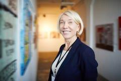Glimlachende Vrouw in Art Gallery royalty-vrije stock foto