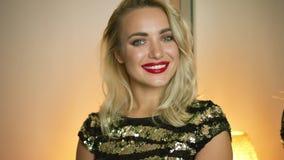 Glimlachende vrouw in avonduitrusting stock videobeelden
