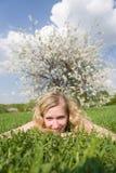 Glimlachende vrouw bij de lente Stock Foto
