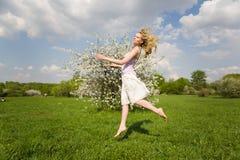 Glimlachende vrouw bij de lente Royalty-vrije Stock Afbeeldingen