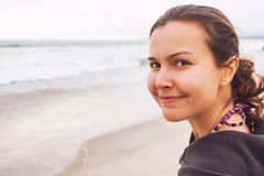 Glimlachende vrouw bij kust royalty-vrije stock afbeeldingen