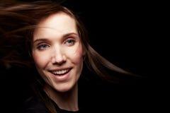Glimlachende vrouw bij nacht royalty-vrije stock foto