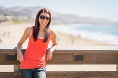 Glimlachende vrouw bij strand stock fotografie
