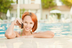 Glimlachende vrouw in bikini in pool Royalty-vrije Stock Afbeelding