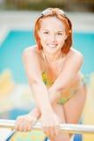 Glimlachende vrouw in bikini in pool Stock Foto's
