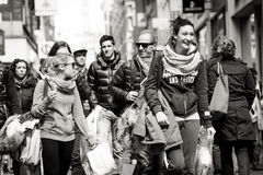 Glimlachende vrouw in de menigte, Amsterdam Stock Foto