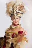 Glimlachende vrouw in de rode kleding van de de 18de eeuwstijl Royalty-vrije Stock Foto's