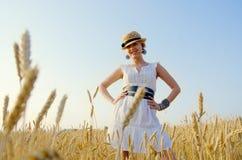 Glimlachende vrouw in de zomerhoed Stock Afbeeldingen