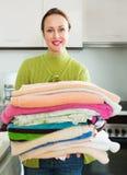 Glimlachende vrouw dichtbij wasmachine Stock Afbeeldingen