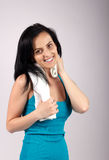 Glimlachende vrouw die aan camera en afvegend zweet kijkt Royalty-vrije Stock Afbeeldingen
