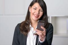 Glimlachende vrouw die aan muziek luistert royalty-vrije stock fotografie