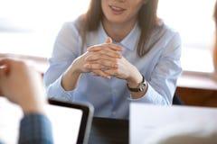 Glimlachende vrouw die aandachtig die aan partners luisteren op negot worden geconcentreerd stock afbeeldingen