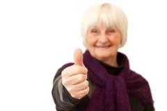 Glimlachende vrouw die de duimen opgeeft Stock Fotografie