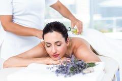 Glimlachende vrouw die een aromatherapy behandeling krijgen stock afbeelding