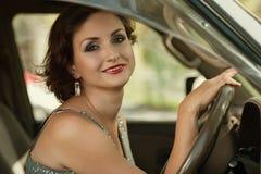 Glimlachende vrouw die een auto drijft Royalty-vrije Stock Foto