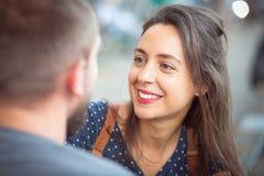 Glimlachende vrouw die een gesprek hebben stock fotografie