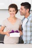 Glimlachende vrouw die een gift van haar partner houden Stock Foto