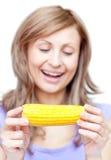 Glimlachende vrouw die een graan houdt royalty-vrije stock afbeelding