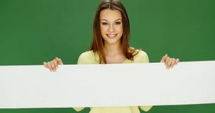 Glimlachende vrouw die een lange banner houden royalty-vrije stock afbeeldingen