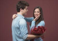 Glimlachende vrouw die een liefdegift ontvangt Royalty-vrije Stock Foto's
