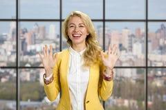 Glimlachende vrouw die eindegebaar tonen Royalty-vrije Stock Fotografie