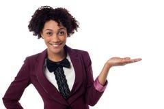 Glimlachende vrouw die exemplaar ruimtegebied voorstellen Stock Foto's