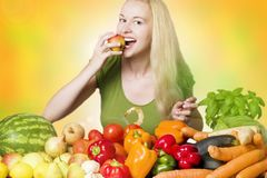 Glimlachende vrouw die fruit eet Stock Foto
