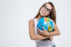 Glimlachende vrouw die in glazen bol houden Stock Fotografie