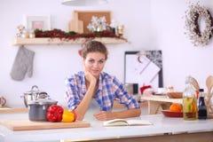 Glimlachende vrouw die haar cellphone in de keuken houden Glimlachende Vrouw Royalty-vrije Stock Foto