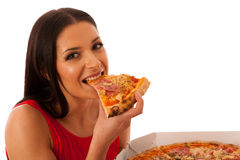 Glimlachende vrouw die heerlijke pizza in kartondoos houden Stock Afbeeldingen