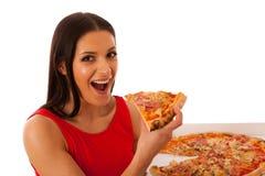 Glimlachende vrouw die heerlijke pizza in kartondoos houden Royalty-vrije Stock Foto