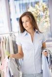 Glimlachende vrouw die het winkelen doet stock fotografie