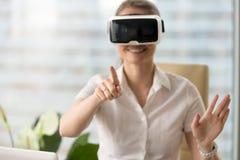 Glimlachende vrouw die in hoofdtelefoon VR-van reis, wat betreft virtuele worl genieten Stock Fotografie