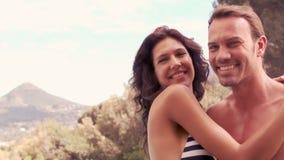 Glimlachende vrouw die kus geven aan echtgenoot stock footage