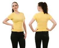 Glimlachende vrouw die leeg geel overhemd dragen Stock Afbeeldingen