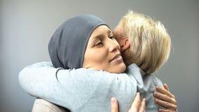 Glimlachende vrouw die met kanker haar vrouwelijke vriend, hoop voor behandeling, steun koesteren stock fotografie