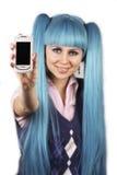 Glimlachende vrouw die mobiele telefoon toont Stock Fotografie