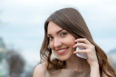 Glimlachende vrouw die op celtelefoon spreekt Royalty-vrije Stock Fotografie