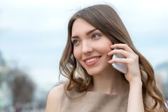 Glimlachende vrouw die op celtelefoon spreekt Royalty-vrije Stock Afbeelding