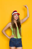Glimlachende Vrouw die op Gele Exemplaarruimte richten Stock Afbeeldingen
